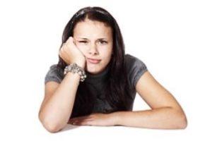 Studente met twijfelende blik. Vraagt haar af welke studierichting écht bij haar past.