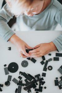 Als kind spelen met legoblokken